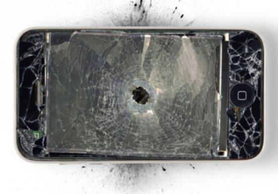 Преживеал пукање благодарение на мобилниот телефон