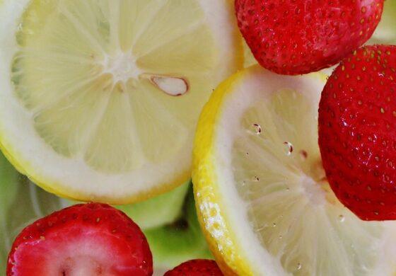 РЕЦЕПТ: Јагоди со крем од лимон за вистинско летно уживање