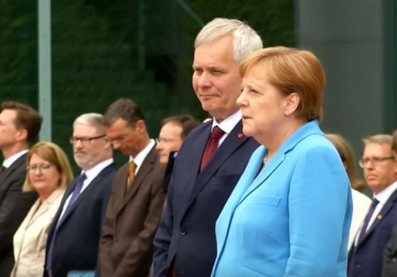 Меркел повторно се тресеше, но вели нема потреба за грижа (ВИДЕО)