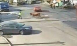 Регулираше сообраќај на улица, но го удри нешто полошо од автомобил (ВИДЕО)