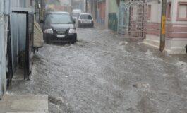 ПОТОП ВО СОЛУН: Улици и домови под вода, возачите заробени