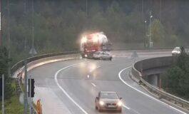 СТРАВИЧНА НЕСРЕЌА ВО СЛОВЕНИЈА: Камион се преврте од надвозник, возачот загина (ВИДЕО)