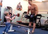 Кога ќе видите како овој тригодишник вежба со својот татко, повеќе нема да имате изговори (ВИДЕО)