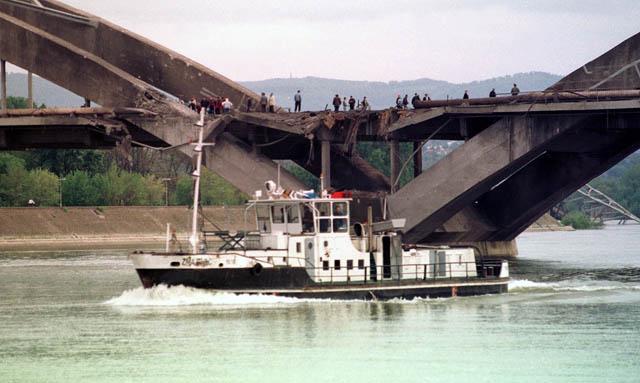 Zzezzeljev most nekoliko minuta posle bombardovanja u sred dana.Foto:Darko Dozet
